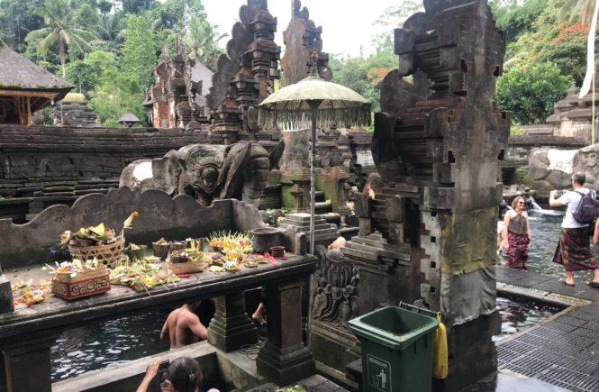 バリ島 寺院 沐浴 ティルタエンプルン遺跡