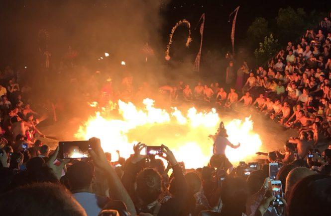 バリ島 観光スポット ウルワツ寺院 ケチャダンス 火