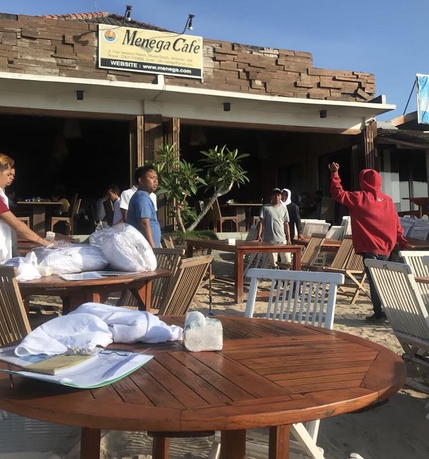 バリ島 グルメ イカンバカール テーブル