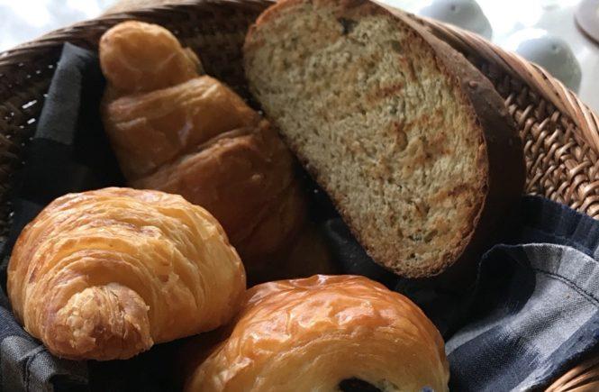 コマネカ アット ラササヤン 朝食 パン