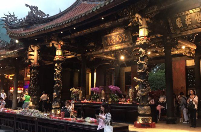 台湾 観光スポット 龍山寺 お供え物