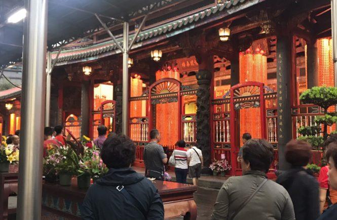 台湾 観光スポット 龍山寺 占い