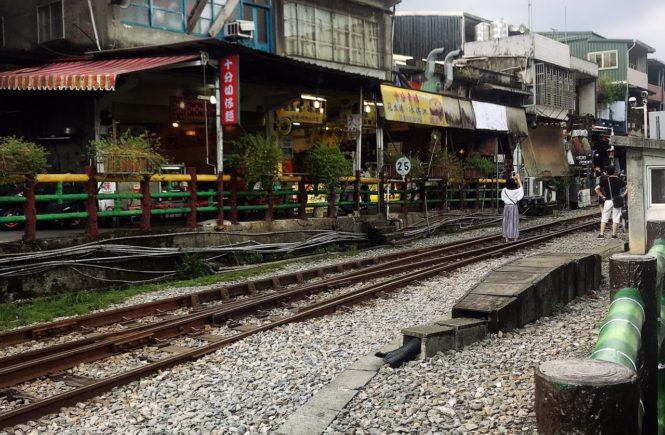 台湾 人気観光スポット 十分 線路の上