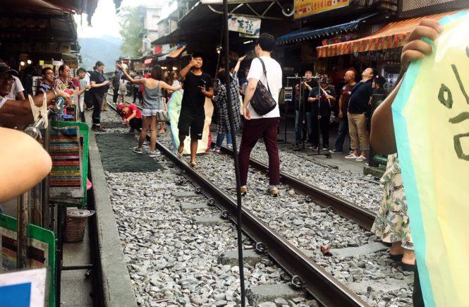 台湾 人気観光スポット 十分 線路の上2