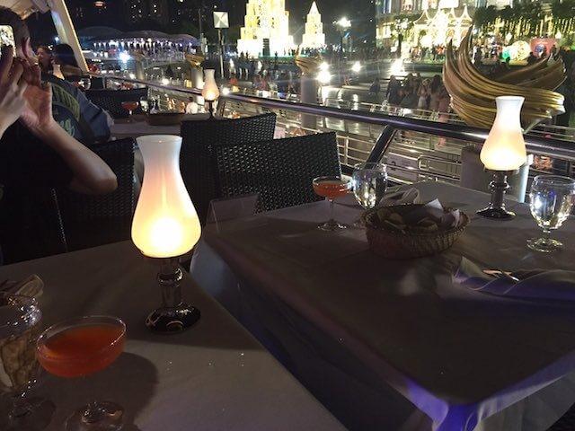 バンコク ディナークルーズ チャオプラヤー・プリンセス号 テーブル