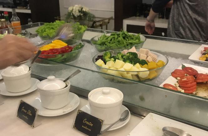 タイ ドンムアン空港 コーラルラウンジ 食事 サラダ