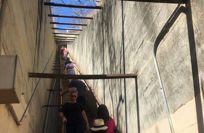 ダイヤモンドヘッド 急な階段